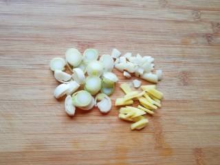 鱼香肉丝,葱姜蒜切碎。