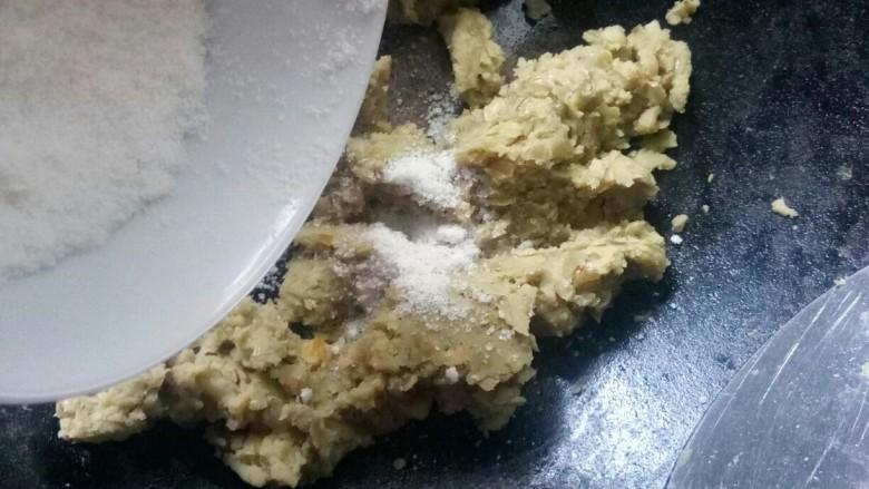 金陵茶点一蚕豆糕,加入糖粉。