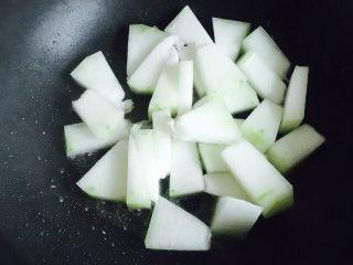 淡菜冬瓜汤,切好的冬瓜放入锅内