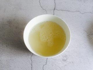 淡菜冬瓜汤,将淡菜汤倒入另外一个碗备用