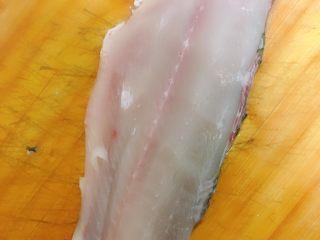酸菜鱼,再把鱼肚子上的骨头片下去