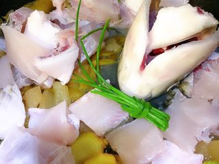 酸菜鱼,加入鱼骨鱼头葱姜,煎到鱼发白