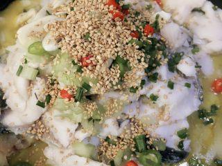 酸菜鱼,在鱼上面放刚才备好的青红椒、香葱、西芹、白芝麻