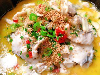 酸菜鱼,把热油浇到鱼片上面,好了,可以享用了😊