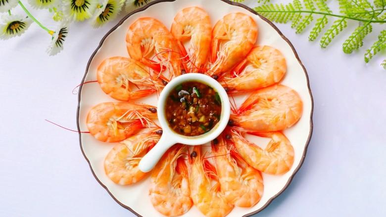 鲜嫩无比的白灼虾,虾码入盘中,一盘好吃又营养的白灼虾就做好了。