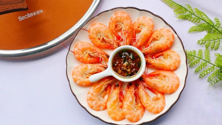 鲜嫩无比的白灼虾,去掉外壳,白玉般透明的虾肉露出,鲜香四溢,蘸一点调配好的酱料汁,口齿间虾肉鲜香的汁水和酱料的酸甜,混合在一起,令人根本停不下来。