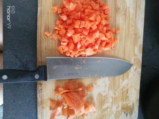 炒饭,胡萝卜洗干净,去皮,切粒。