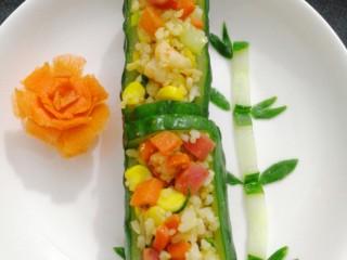 炒饭,用青瓜雕成竹子形状(这步骤忘记拍照),加上刚雕的胡萝卜花,摆盘成功😄