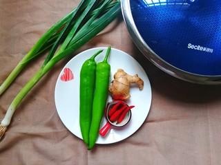 青椒烧鸭块,把食材准备好