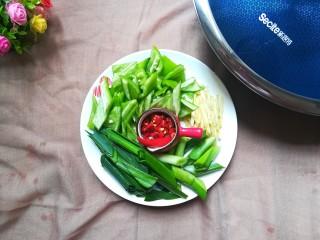 青椒烧鸭块,分别将配菜切好