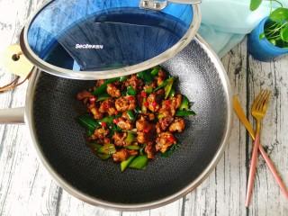 青椒烧鸭块,翻炒均匀,出锅了