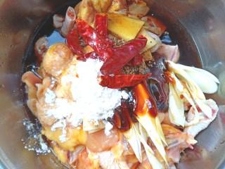 蒸香菇鸡,加入少许生抽,捞抽,料酒,耗油,干辣椒,淀粉,白胡椒,香油。
