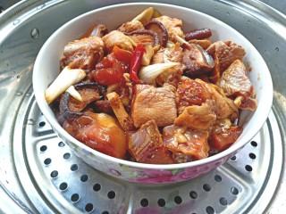 蒸香菇鸡,放入蒸锅中,水烧开后蒸50分钟,关火后焖5分钟