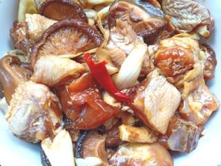 蒸香菇鸡,放入腌好的鸡块中搅拌均匀