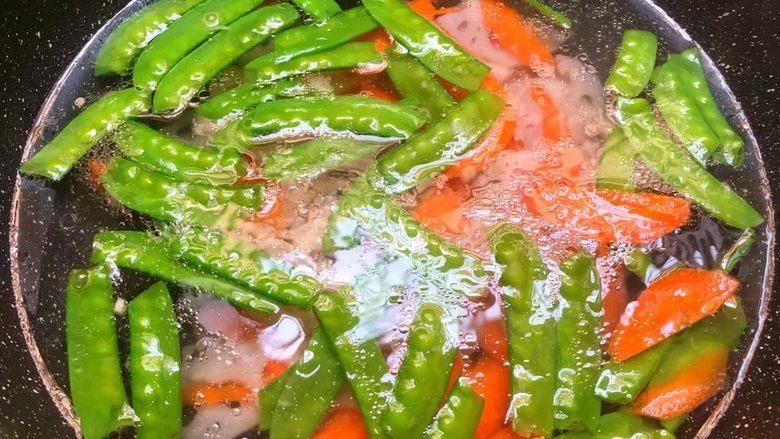 荷塘小炒,锅里放入一大碗开水,放入一勺盐,一勺油,少许白<a style='color:red;display:inline-block;' href='/shicai/ 10588'>糖</a>调匀,把荷兰豆,胡萝卜,藕片放入焯烫30秒,焯好捞出来用冷水冲凉待用。