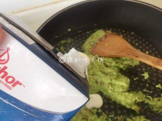 牛油果意面佐伊比利亚火腿片,再加入淡奶油后,快速炒匀后关火。