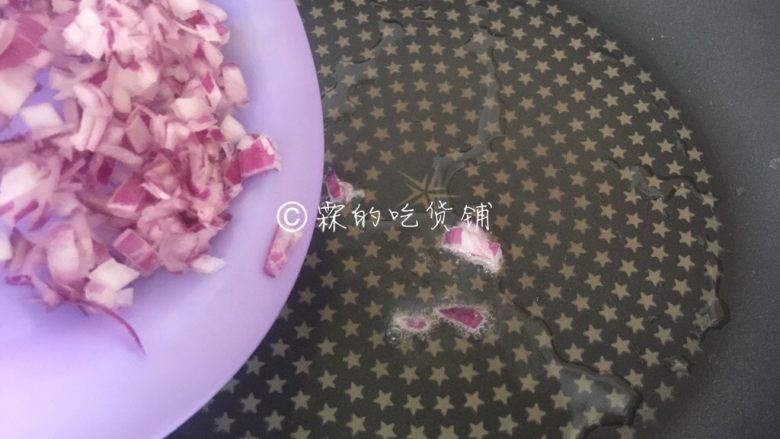 牛油果意面佐伊比利亚火腿片,起油锅,先把洋葱粒放入煸炒。