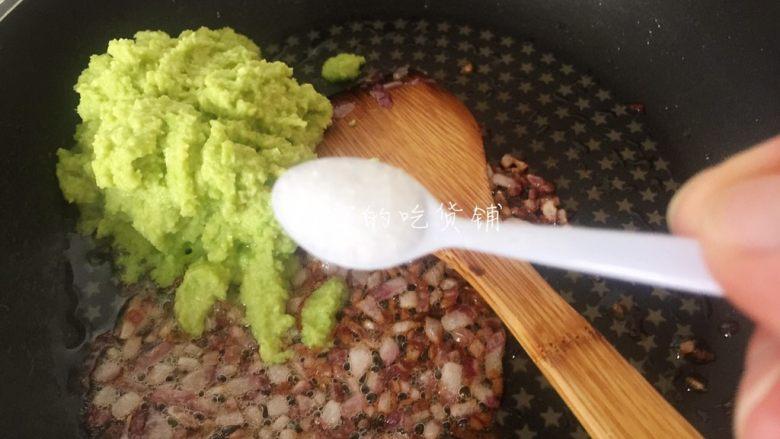 牛油果意面佐伊比利亚火腿片,再放入盐。