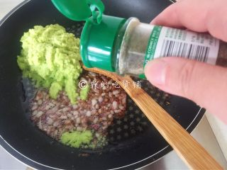 牛油果意面佐伊比利亚火腿片,撒上黑胡椒粉。