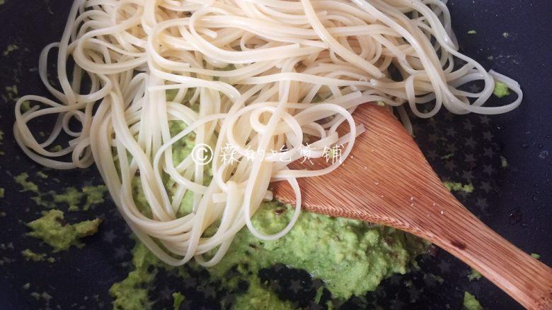 牛油果意面佐伊比利亚火腿片,意面,根据包装袋上标识的时间,水里加一勺橄榄油和小半勺盐,煮熟后捞出,沥干水分,倒入牛油果糊中,拌匀。