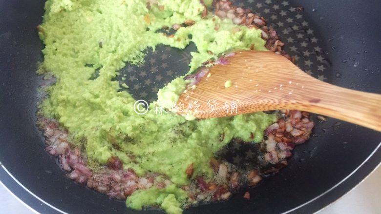 牛油果意面佐伊比利亚火腿片,快速炒匀。