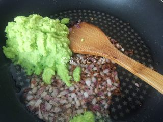 牛油果意面佐伊比利亚火腿片,等洋葱粒煸炒至明显缩水、香味很浓郁时,把牛油果泥倒入。