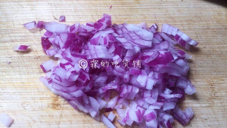 牛油果意面佐伊比利亚火腿片,洋葱切小粒。