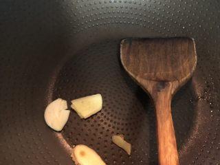 茶香排骨,锅内烧热,放入姜片,翻炒几下,这个步骤不能省,姜蒜炒干身再下油,可以防止配料里的水分跟热油碰撞,会溅起来