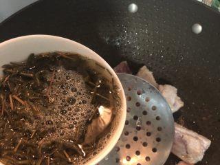 茶香排骨,倒入浸泡好的绿茶水,轻轻翻炒均匀