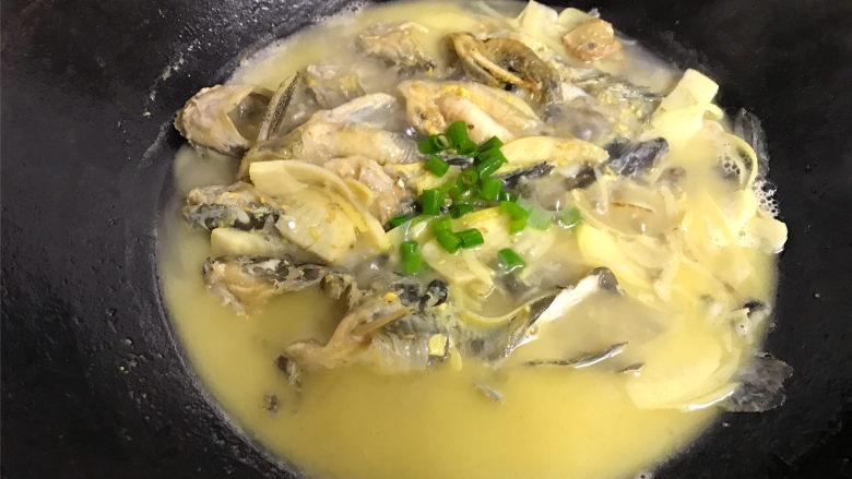 春笋汪丁鱼汤,等煮至鱼汤浓稠就可以熄火了,出锅前撒上香葱就可以了。