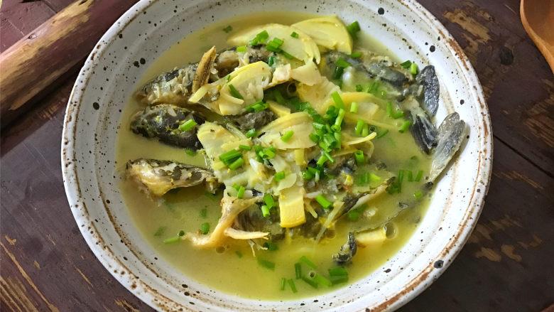 春笋汪丁鱼汤,鱼肉细嫩,汤汁鲜美,喝上一口,就会让你停不下来的春笋汪丁鱼汤。