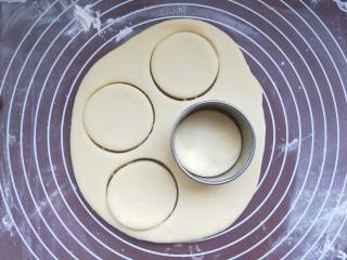 养胃山药饼,剩余的面团再重新揉在一起再擀开,再压。重复两三次直到把所有面都做成小饼。