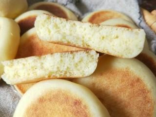 养胃山药饼,掰开一个,组织松软。口感好。