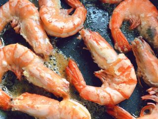 油闷大虾,煎到两面都面色,盛起备用