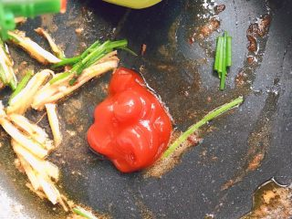 油闷大虾,放入番茄酱,料酒
