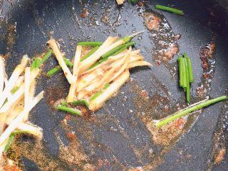 油闷大虾,用煎虾的锅不用洗,下入葱姜