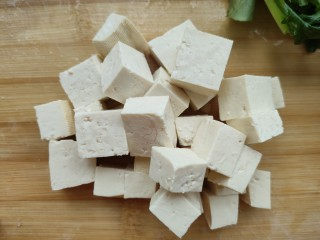苔菜豆腐虾皮鲜汤,豆腐切块