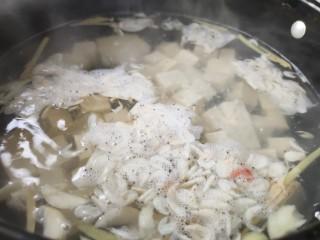 苔菜豆腐虾皮鲜汤,取锅烧水,沸腾时下入豆腐,姜丝,虾皮 (豆腐和虾的鲜味挥发出来)