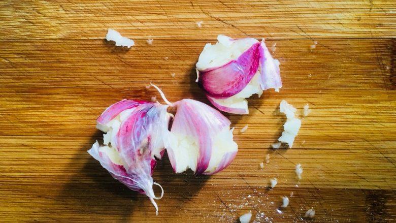 蒜蓉空心菜,蒜瓣洗净先用刀拍一下