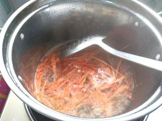 #爽口凉菜#凉拌胡萝卜鸡腿菇,烧开水,焯一下