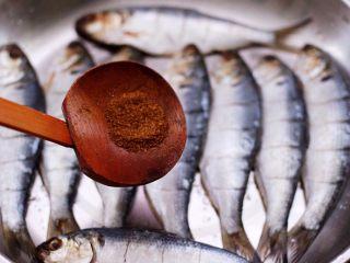 干炸海鲫鱼,再加入花椒粉。