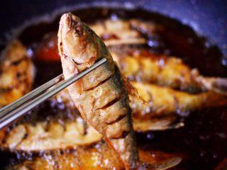 干炸海鲫鱼,小火炸至两面金黄色的时候。