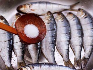 干炸海鲫鱼,依次把所有的海鲫鱼都改好刀,再根据个人口味加入适量的盐调味。