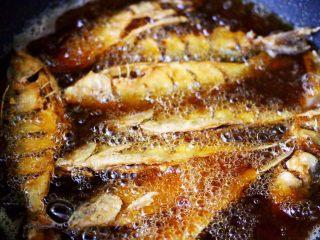 干炸海鲫鱼,依次放入所有的海鲫鱼,大火定型后。