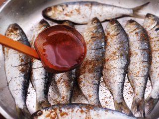 干炸海鲫鱼,倒入料酒去腥。