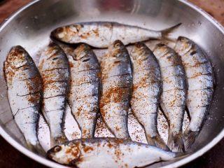 干炸海鲫鱼,把所有的调料都加好以后。