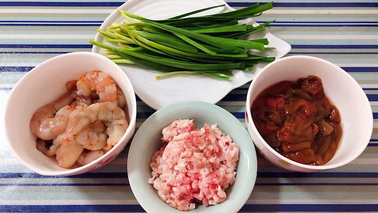 海肠虾仁盖饭,准备原材料海肠、虾仁、肉馅、韭菜备用