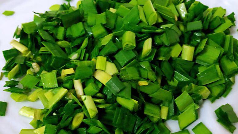海肠虾仁盖饭,韭菜切成小粒粒