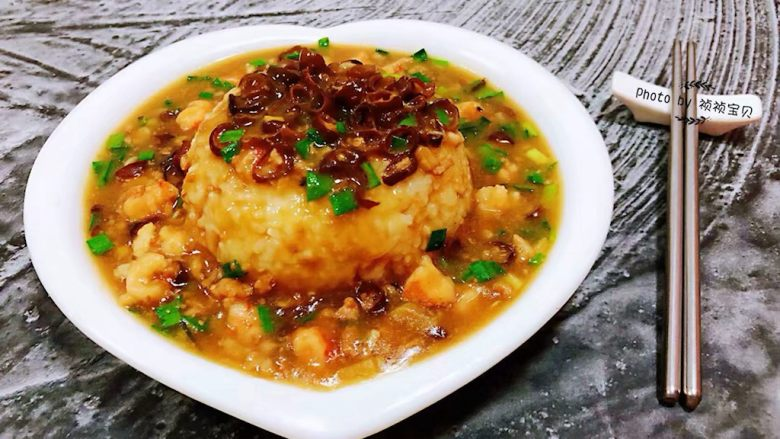 海肠虾仁盖饭,米饭装入盘中再均匀的浇上海肠虾仁盖饭就大功告成啦