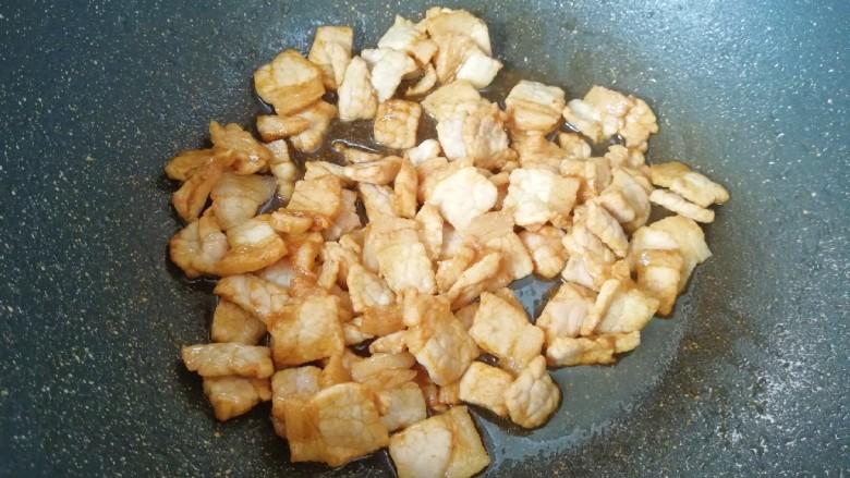 青椒洋葱炒肉片,炒锅内倒适量的食用油烧热,下入腌制好的肉片大火翻炒至变色,盛出备用。